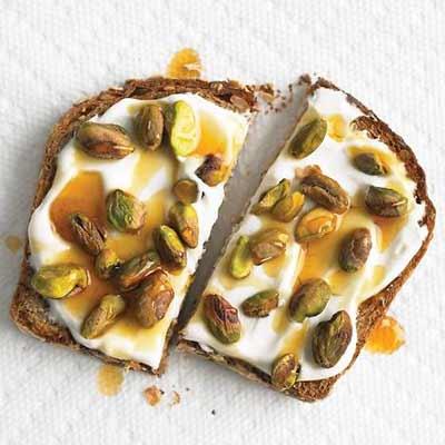 Colazione con pane crescenza pistacchi e miele