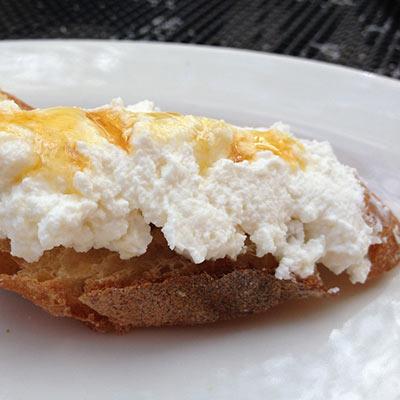 Colazione sana con pane e miele di melata