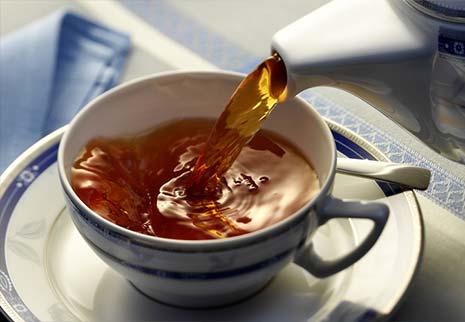 Tè allo zenzero, cannella e spezie con miele di eucalipto